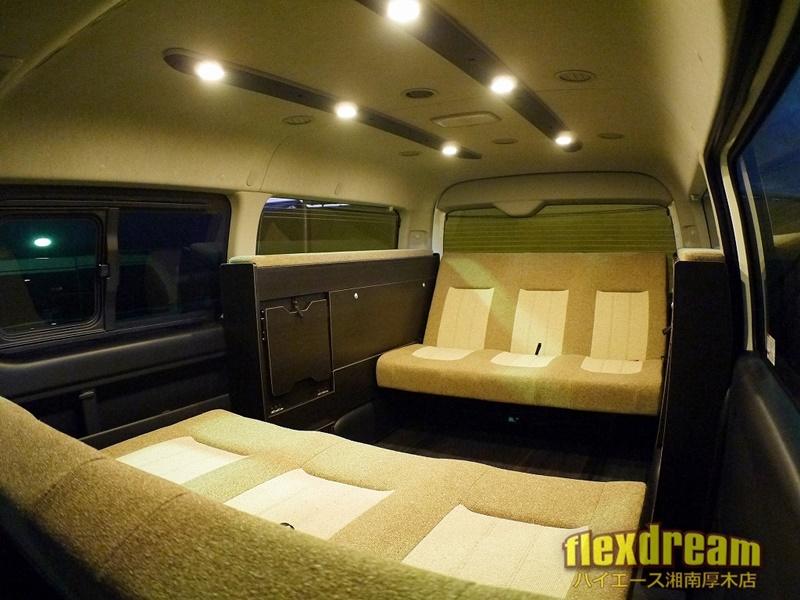 2段ベッド&サブバッテリーも搭載の本格派ライトキャンピングカー内装カスタム3列シートハイエースワゴン