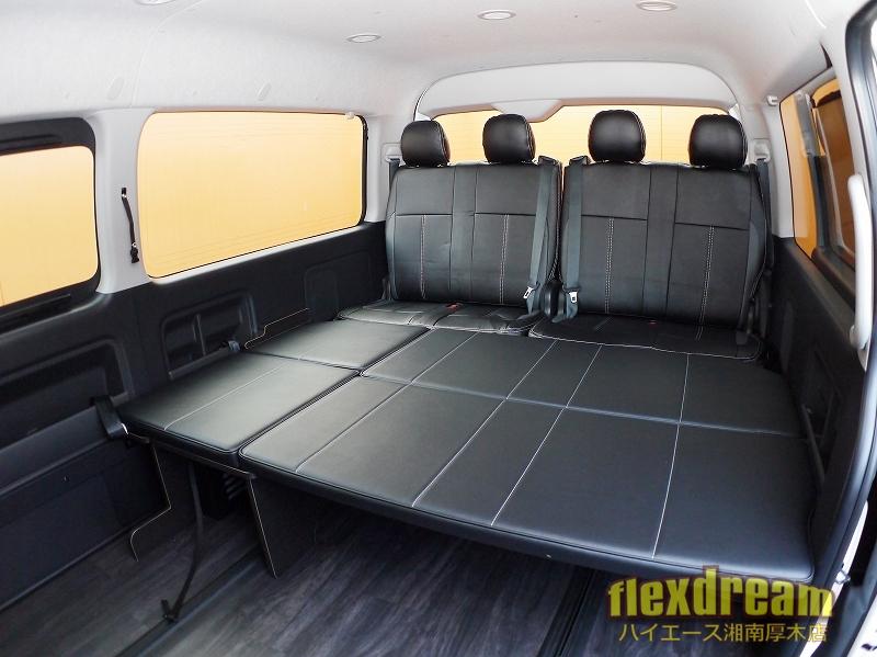 4列目純正シートとベッドマットで後部席はのんびり足を伸ばして乗車できます。