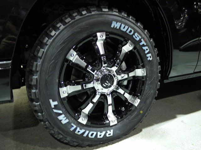 200系ハイエース・ワゴンGLにマッドスタータイヤ×クリムソンビーストの組み合わせ (2)