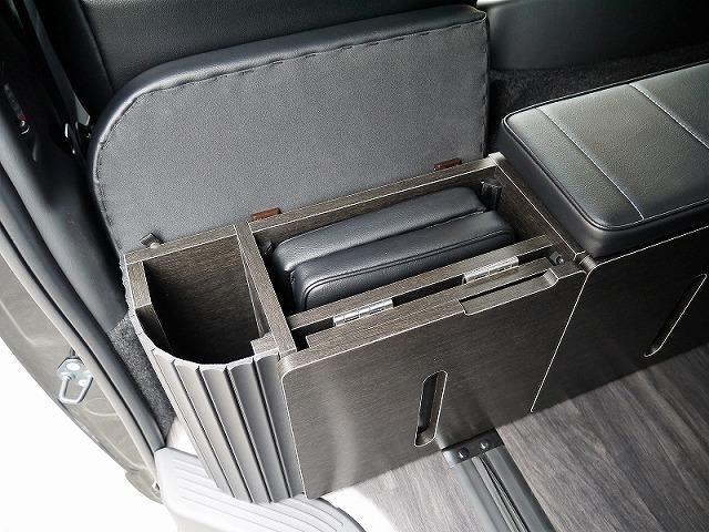 ハイエースライトキャンピングカーFD-BOX2_後ろ向きVer_キャビネットタイプ後ろ向きシート_収納式マット