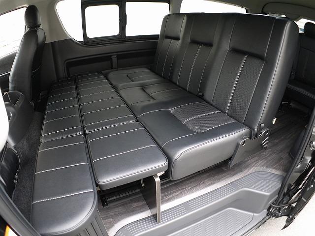 ハイエースライトキャンピングカーFD-BOX2_後ろ向きVer_通常着座状態でのベッド空間