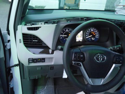 シエナ2017モデル 8速AT XLE グレー内装