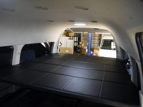 ハイルーフのグランドキャビンをベースにしていることで、広々ベッド空間が!