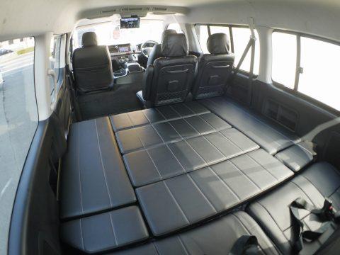車中泊にもロングドライブのお供にもバッチリの横向きベッドキット