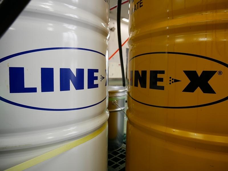 東北地方LINE-X施工店 2種類の液剤を混合させて吹き付けていきます。