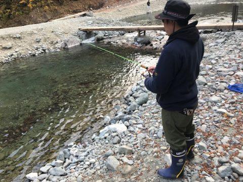 釣りをする松本さん
