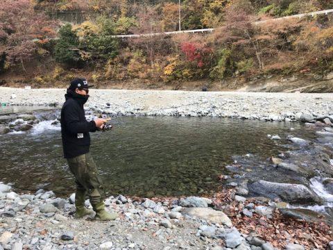 釣りをする高倉さん