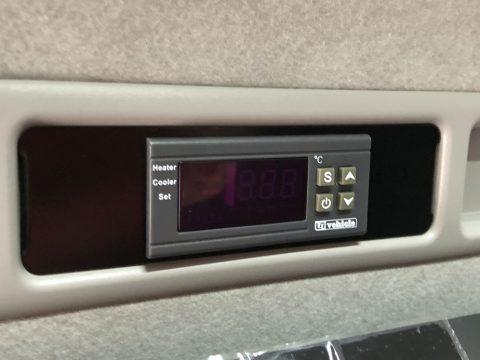 電源ボタン搭載で、後部座席からリモート操作可能