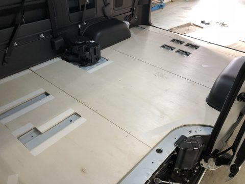 LINES床貼りワンオフ:コンソール下まで下地板