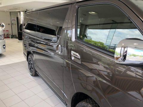 新車ハイエースV 50thアニバーサリーLtd. ディーゼル4WD グラファイトメタリック サイド