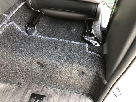 運転席下にバッテリー収納スペース