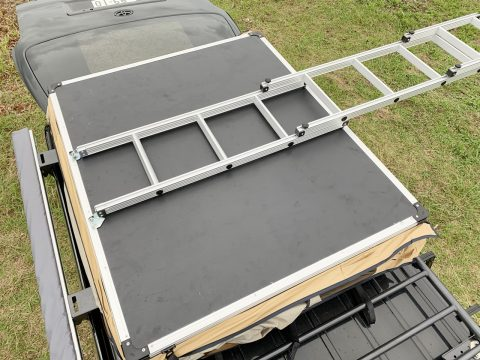 ARB4x4ルーフトップテント設営 梯子おろせばテントが展開