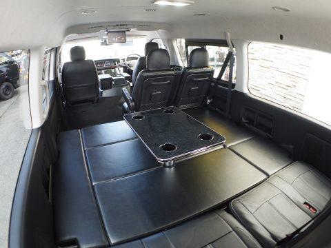 着脱式テーブル搭載で、車内での休憩もできます♪