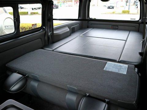 純正セカンドシートを倒し、更に長いベッドスペースを確保!