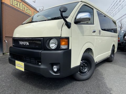新車ハイエースFD-Classic丸目換装の特注色ライトイエローのFD-BOX0!