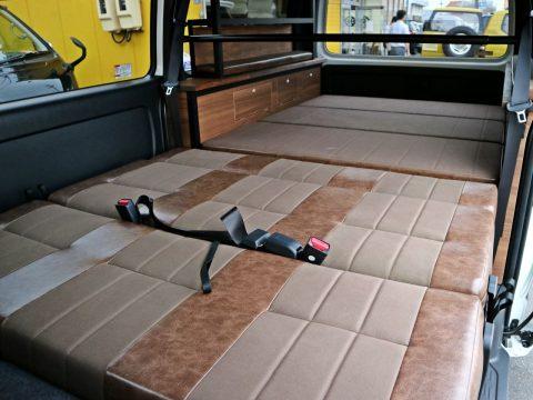 フルフラット展開で車中泊も対応可能