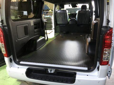 LINES床貼り:エンボス加工のシートを貼り付けていけば完成!
