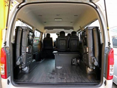 マット収納とシート跳ね上げで広々荷室も確保!